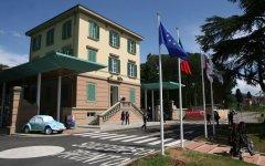 Livorno, cede il controsoffitto di un negozio: grave un bambino