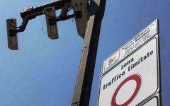 Arezzo, trucca la targa per beffare le telecamere della ztl: denunciato