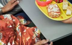 Consumatori: occhio ai tavolini degli aerei. Possono essere contaminati anche quelli di treni e autobus