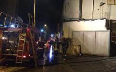 Firenze: incendio in una fabbrica di vernici a Rovezzano. Ferito un vigile del fuoco. Paura per il fumo e l'esplosione di barattoli di solve...