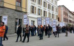 Massa, Provincia occupata contro i tagli: i dipendenti celebrano il «funerale dei servizi pubblici»