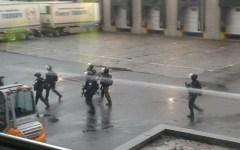 Parigi: i fratelli killer sono asserragliati in un'azienda a nord della città. Hanno preso alcuni ostaggi