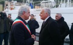 Concordia: cerimonia al Giglio in ricordo dei 32 morti. Con il ministro Galletti, Gabrielli e il comandante De Falco