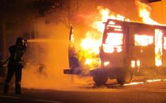 Livorno, distrutti dalle fiamme due camper e un furgone: un cane muore carbonizzato