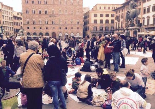 Firenze, protesta in piazza Signoria contro la privatizzazione di alcuni servizi scolastici