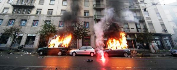 Milano, centro città devastato dai black bloc al corteo No Expo, auto in fiamme