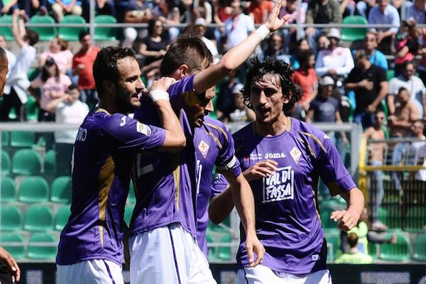 Ilicic abbracciato dai compagni dopo il primo gol viola a Palermo. Anche i suoi ex tifosi rosanero, alla fine, l'hanno applaudito