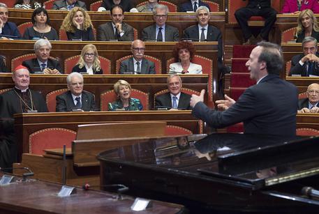 Dante: standing ovation per Benigni nell'aula del Senato