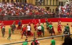 Calcio storico: i Verdi conquistano la finale del 24 giugno. Rossi battuti (3 cacce e mezza a 2 e mezza) dopo una gran rimonta