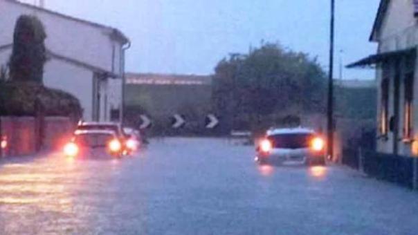 A Cascina (Pisa), un'anziana è stata estratta viva dalla sua auto in un sottopasso sommerso dall'acqua