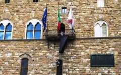 Firenze a lutto: a Palazzo Vecchio un drappo nero per l'archeologo decapitato dall'Isis
