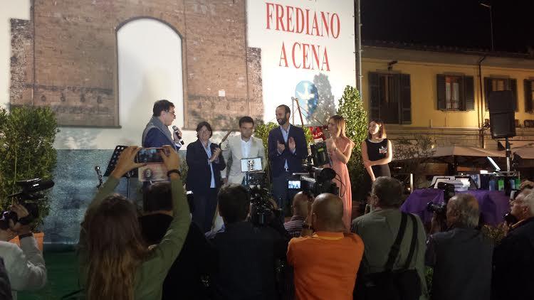 Pepito Rossi (al centro in giacca chiara) riceve il Torrino d'oro durante la cena di San Frediano, in piazza di Cestello