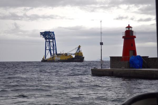 La Micoperi 30 sta ripulendo il fondale nel luogo dove era il relitto della Concordia