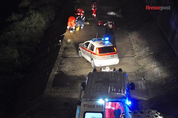 I soccorritori sul greto del fiume sotto il lungarno Soderini
