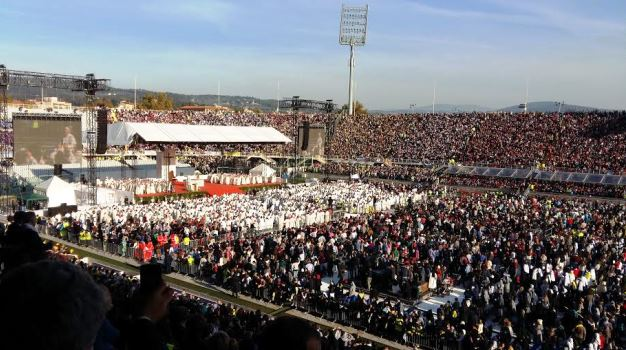 Firenze, lo stadio Franchi colmo di fedeli per la messa di Papa Francesco (foto Elisa Giusti)