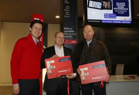 Il sindaco Dario Nardella consegna la Firenzecard numero 100mila a due turisti svedesi