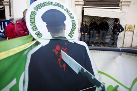 L.stabilità: sindacati polizia manifestano davanti P.Chigi