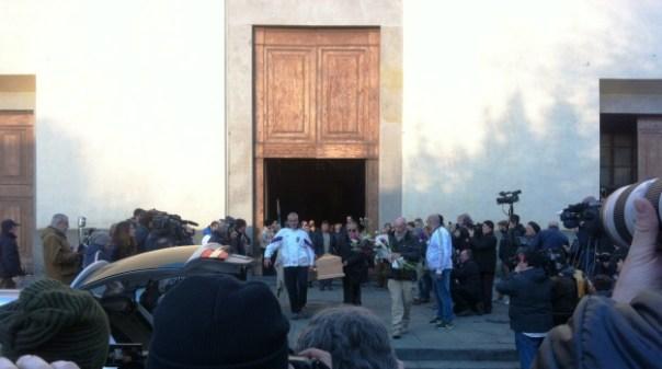 Firenze, il feretro di Ashley Olsen esce dalla Basilica di Santo Spirito, trasportato anche da un calciante bianco