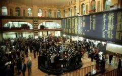 Borse: la Cina crolla (-7%). Male Milano (-3,2%) e l'Europa. Bruciati 264 miliardi