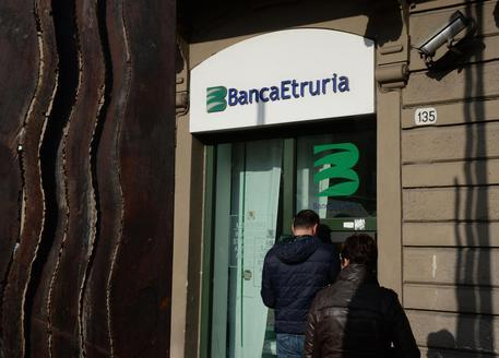 ++ Bomba rudimentale pacco davanti filiale Banca Etruria ++