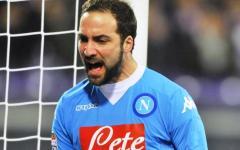 Fiorentina-Napoli, Hguain esulta dopo il gol su assist di ... Alonso