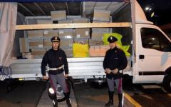 Firenze, autostrada A1: arrestati mentre caricano sul camion 200 borse di Versace rubate