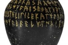Uno dei reperti esposti alla mostra «Etruschi. Maestri di scrittura»