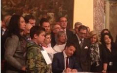 Omicidio stradale. Matteo Renzi firma la legge alla presenza dei familiari delle vittime