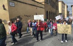 Arezzo, Banca Etruria: gli obbligazionisti lanciano uova contro la sede dell'istituto