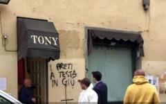 Firenze, Oltrarno: scritte contro forze dell'ordine e preti, denunciati 12 anarchici. Dura condanna del Sindaco Dario Nardella