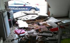 Rubano negozio sfondando muro