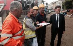 Firenze, voragine nel lungarno Torrigiani: Nardella porta le briosce agli operai del cantiere