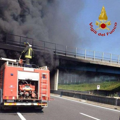 Tir in fiamme sull'autostrada A1 Milano-Napoli, nel tratto tra Caianello e Capua: disposta la chiusura in entrambe le direzioni. Il mezzo pesante ha preso fuoco sotto un cavalcavia per il quale, secondo quanto conferma la polizia stradale, è stato segnalato pericolo di crollo, 19 marzo 2016. ANSA/VIGILI DEL FUOCO ++ NO SALES, EDITORIAL USE ONLY ++