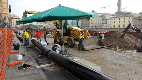 Voragine lungarno: pioggia non ferma lavori