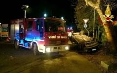 Empoli, incidente stradale: cinque giovani salvati dai vigili del fuoco. Erano rimasti incastrati nell'auto in un'oliveta a Montaione