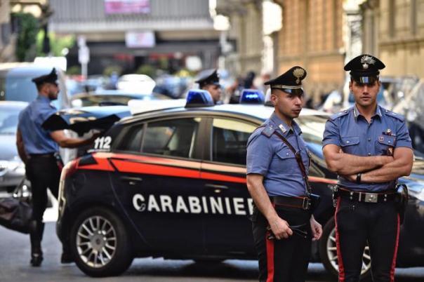 Carabinieri all'esterno dello stabile dove due persone sono state accoltellate a morte, Firenze, 29 giugno 2016. ANSA/MAURIZIO DEGL'INNOCENTI