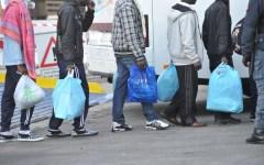 Migranti, spese pazze: 10.500 euro il costo del trasferimento in due pullman da Ventimiglia a Taranto