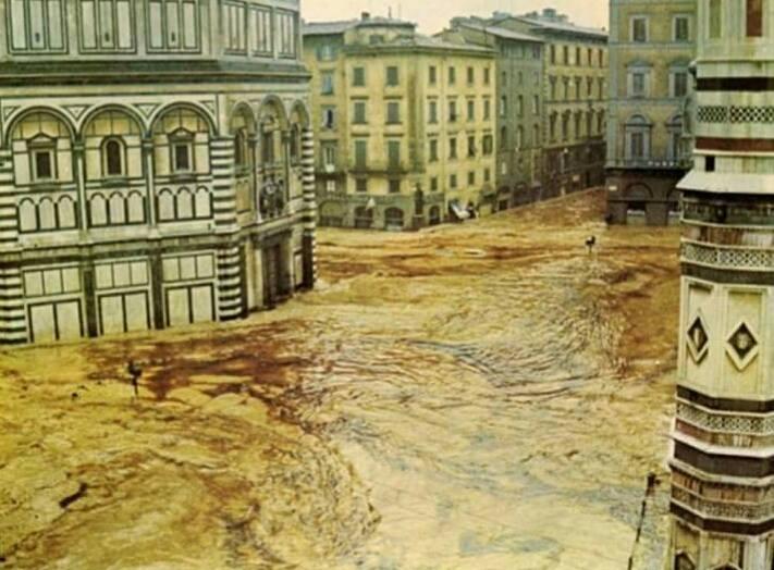 Piazza del Duomo invasa dall' acqua dell'Arno il 4 novembre 1966