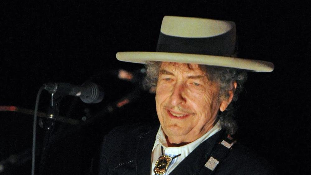 Bob Dylan riconosce (a stento) di aver ricevuto il Nobel