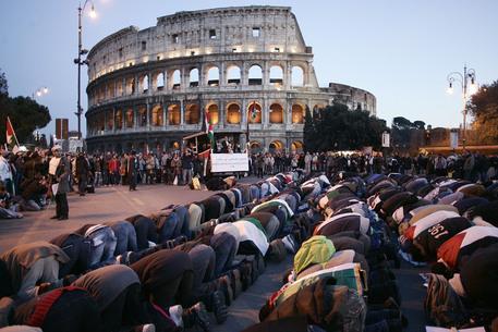 Roma, la preghiera musulmana è all'ombra del Colosseo