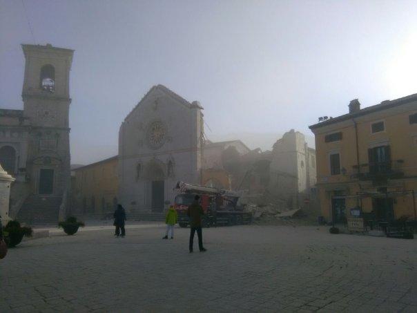 La cattedrale di Norcia crollata
