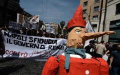 Napoli: Renzi contestato, scontri con la polizia dei disoccupati e centri sociali