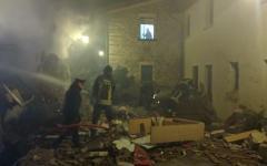 Vigili del fuoco al lavoro dopo l'esplosione di una villetta in via Villamagna a Bagno a Ripoli (Firenze), 17 novmbre 2016. ANSA/TOMMASO GALLIGANI