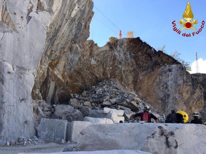 Tragedia a Carrara, muore sotto una lastra di marmo