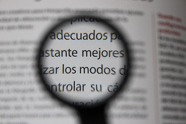 Periódico_con_una_lupa_que_amplía_una_parte