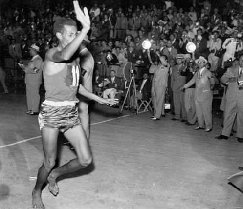 Abebe_Bikila_en_la_olimpiada_de_Roma_1960_corriendo_el_maratón_descalzo