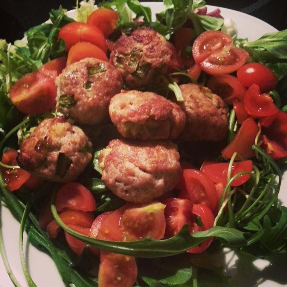 Hackfleischbällchen auf Rucola-Tomaten-Salat