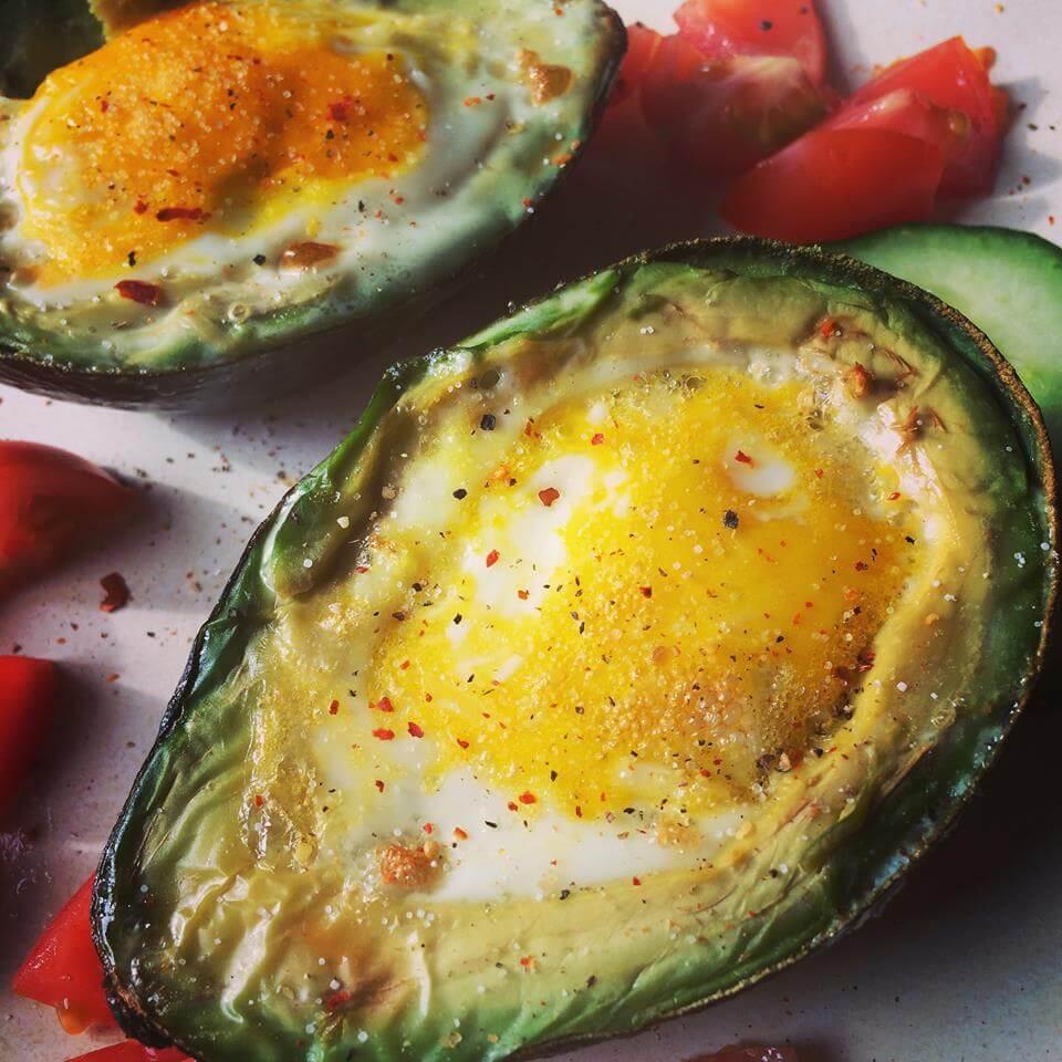 Gebackene Avocado mit Ei gefüllt