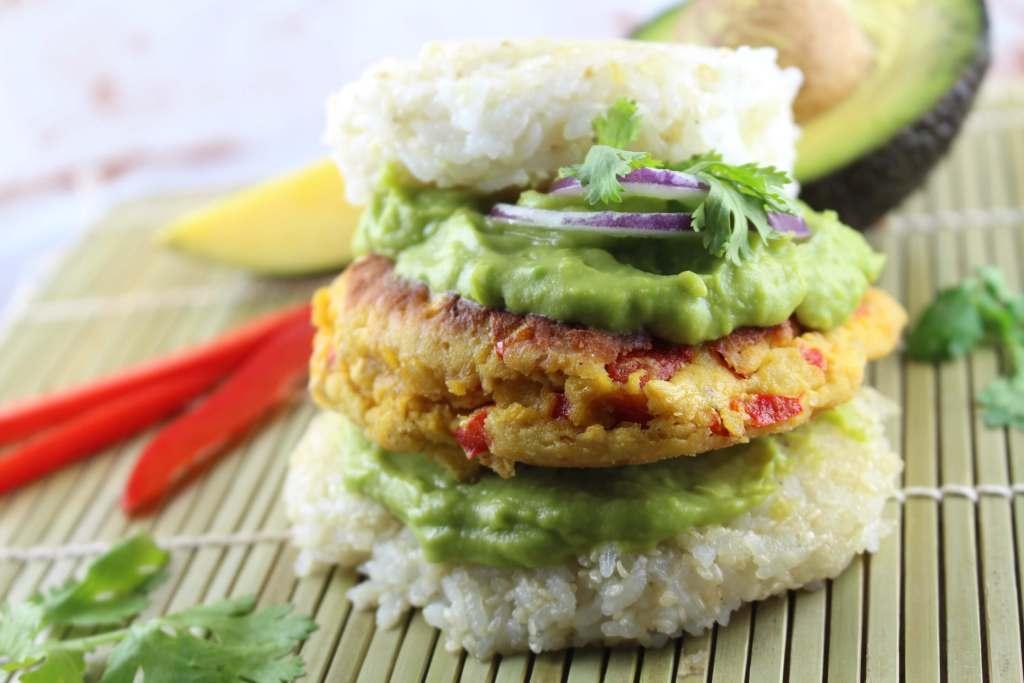 Fruchtig exotischer Thai Veggie Burger mit Sesam-Sushi-Reis Buns
