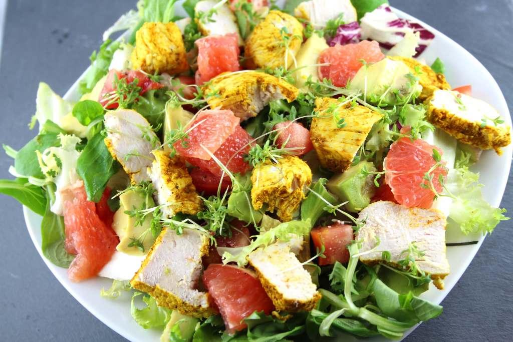 Salat mit Kurkuma Hähnchen, Grapefruit und Avocado